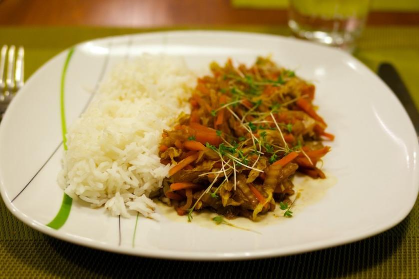asiatische Chinakohl- Karottenpfanne