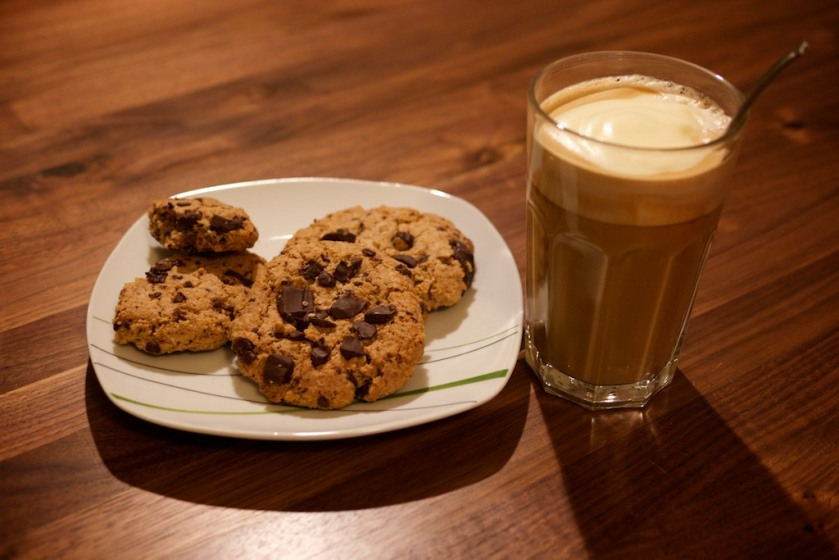 Cafe-Vanille-Latte mit Schokokeksen
