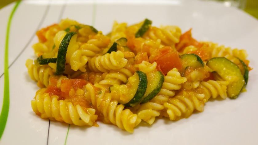 Fusilli mit Zucchini Tomaten und Linsen