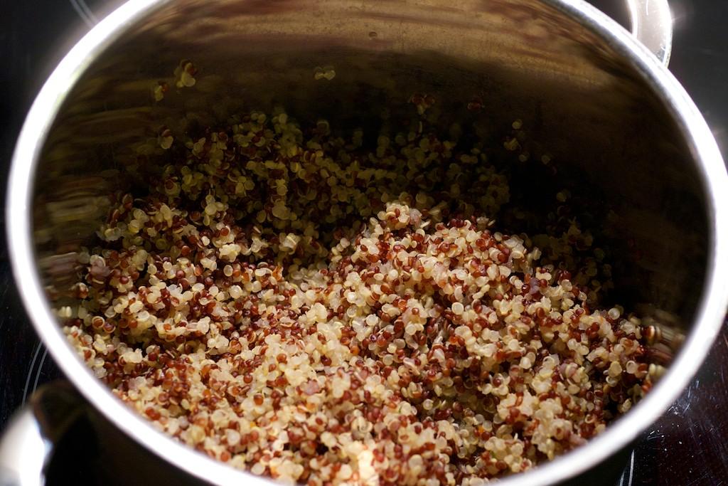 quinoa salat zum mitnehmen in die arbeit lecker pflanzen. Black Bedroom Furniture Sets. Home Design Ideas