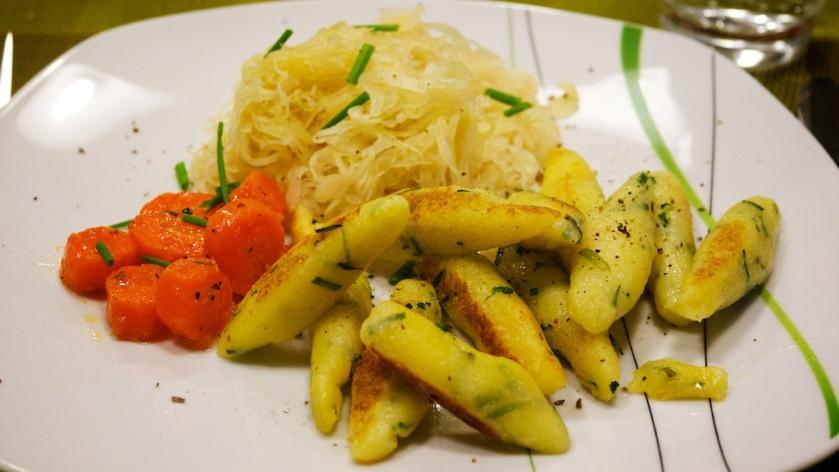 Schnittlauch-Schupfnudeln mit Sauerkraut und Karotten