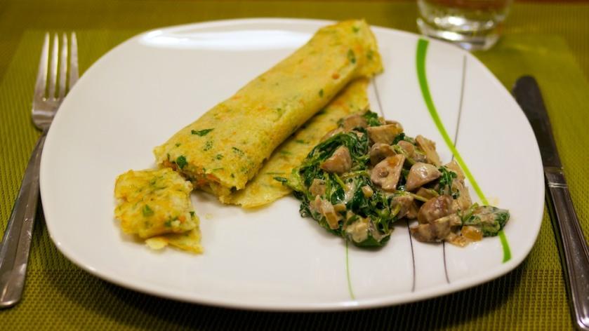 Gemüsepfannkuchen mit Champignon-Sojasahne-Spinat