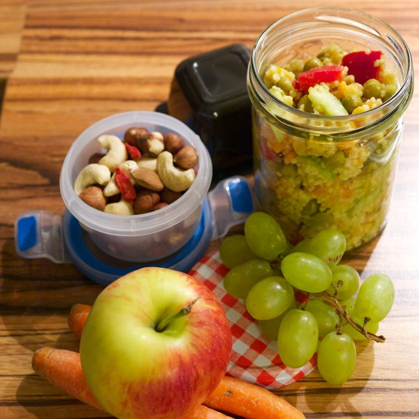 Hirse-Gemüse-Salat als Mittagessen für die Arbeit