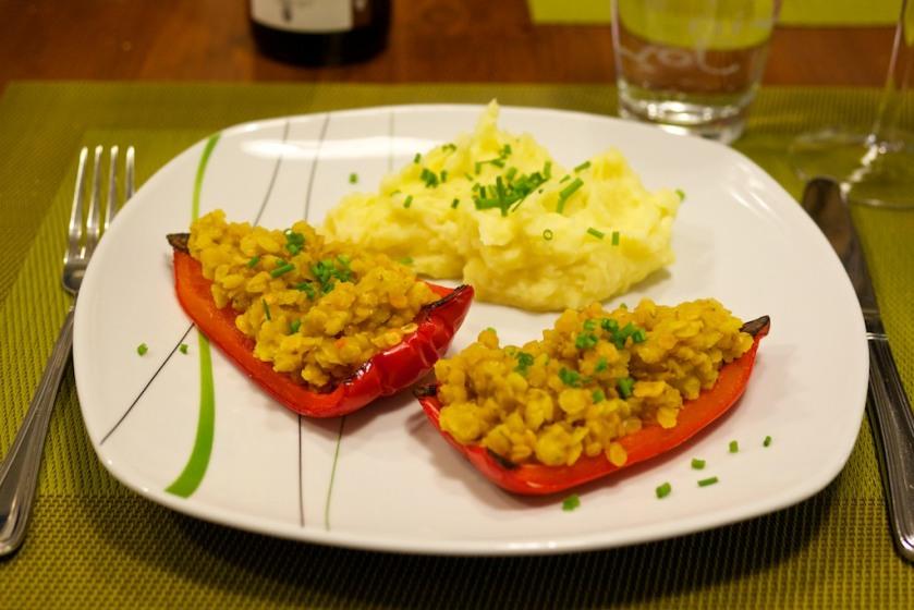 Mit Linsen gefüllte Paprika und Kartoffel-Pastinaken-Brei (1)