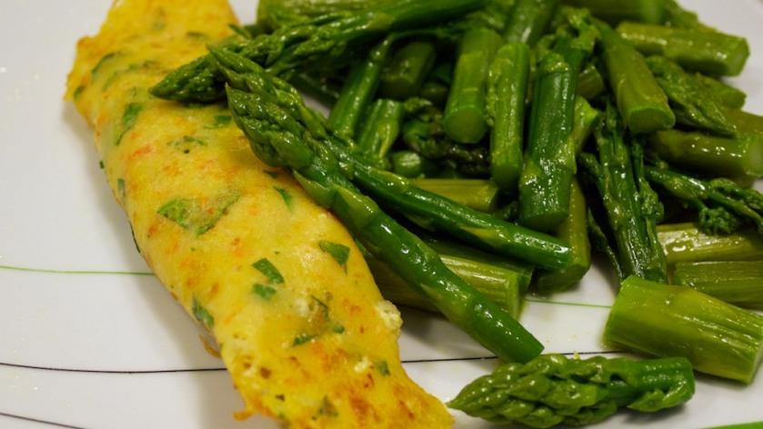 Gemüsepfannkuchen mit grünem Spargel