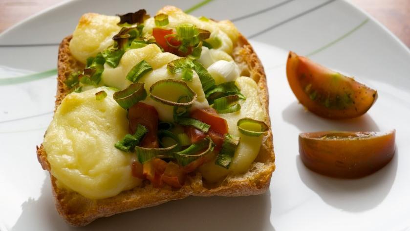 veganes Käse Baguette mit Lauchzwiebeln und Tomaten