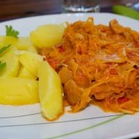 Veganes Gulasch mit Salzkartoffeln