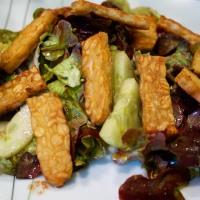 Frischer Salat mit gebratenen Tempehstreifen und Oliven-Artischocken-Focaccia