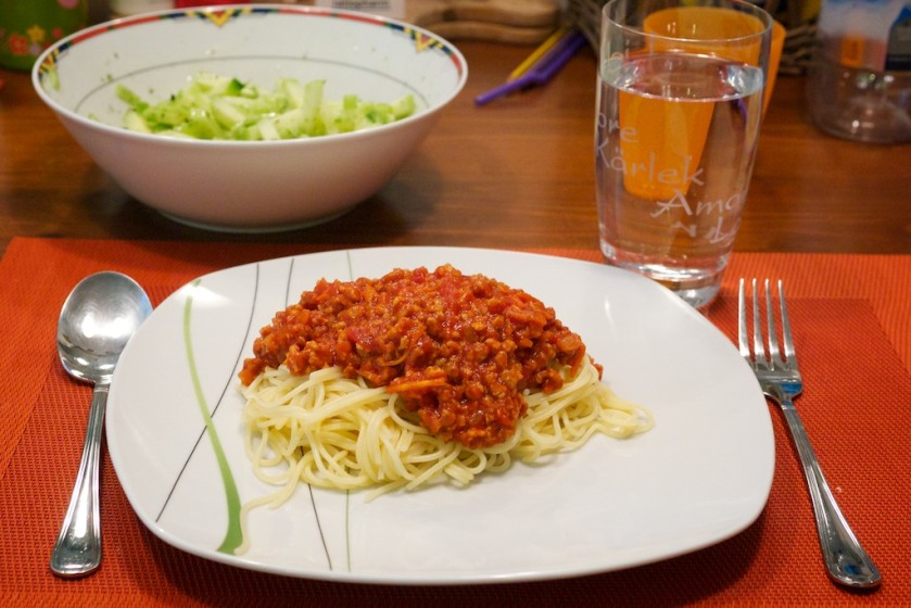 Vegane Spaghetti Bolognese mit Gurkensalat