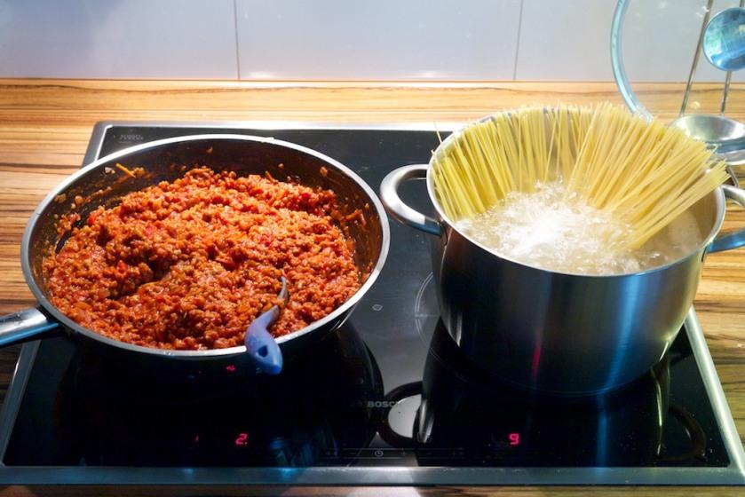 Vegane Spaghetti Bolognese (Sauce fertig, Nudeln im Topf)