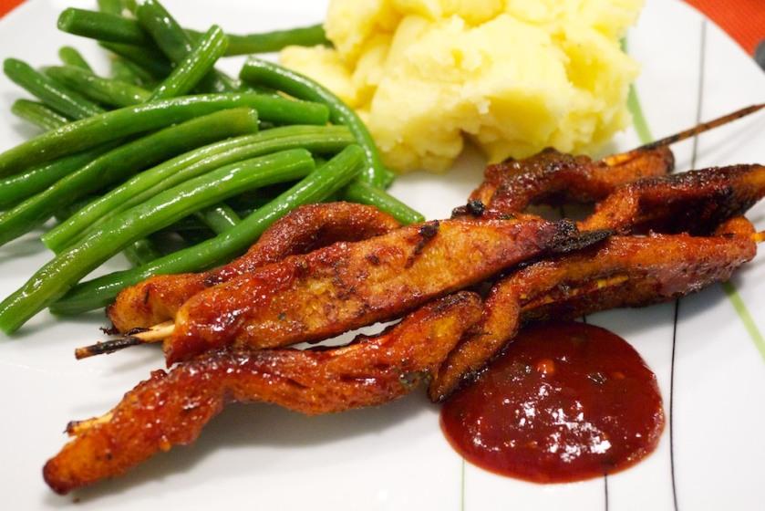 Veganer Barbecue Spieß mit grünen Bohnen und Kartoffelbrei (Nahaufnahme)