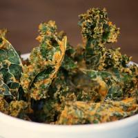 Grünkohl Chips in Tomaten-Knoblauch-Cashewcreme