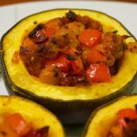 Gefüllter Kürbis oder Rondini heiratet Kichererbsen, Paprika und Tomaten