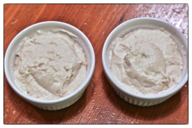 Camembert-Masse abgefüllt
