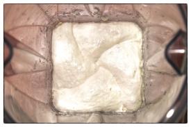 Camembert-Masse im Mixbehälter